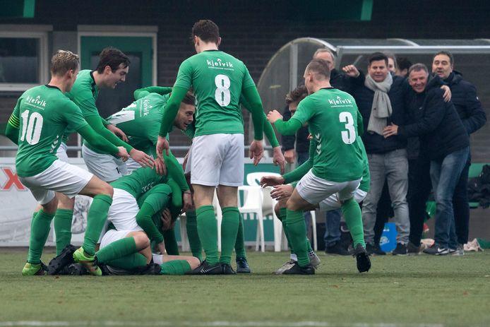 Sten Rosendal (onderop) van Heino wordt besprongen door zijn ploeggenoten, na zijn late 1-1. Zijn goal zorgde voor een gelijkspel tegen koploper Orion.