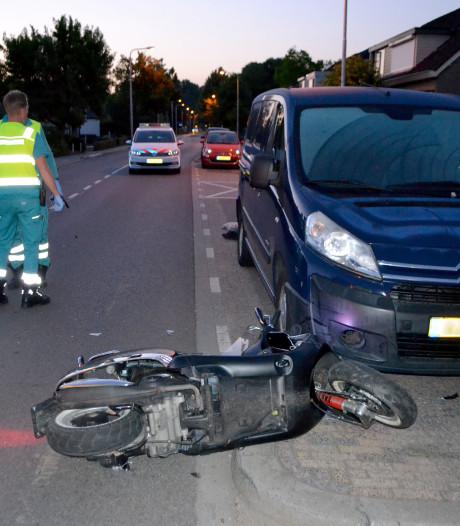 Bromfiets knalt tegen geparkeerde auto in Bemmel, twee gewonden
