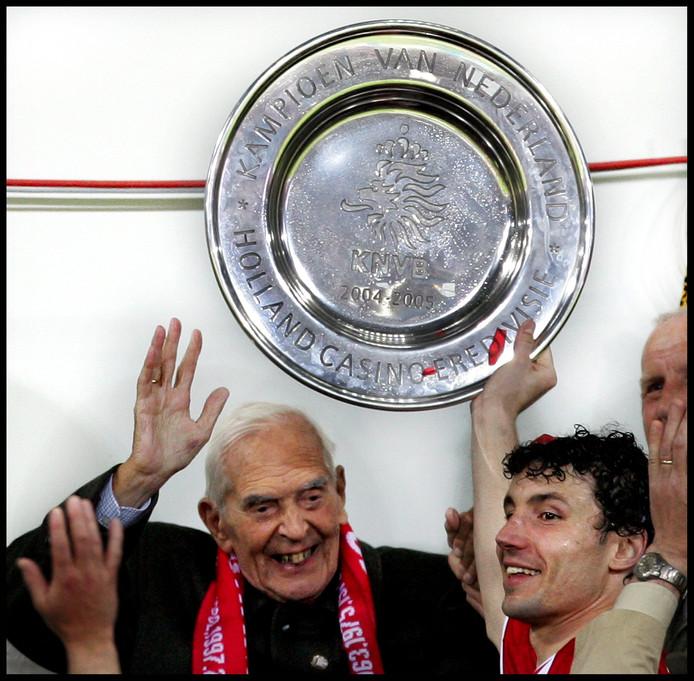 Frits Philips en Mark van Bommel in 2005, nadat PSV kampioen werd in dat jaar.