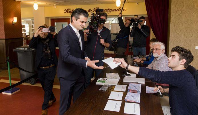 Denk-lijsttrekker Tunahan Kuzu bracht woensdag zijn stem uit voor de Tweede Kamerverkiezingen in stembureau Laurens Woonzorglocatie De Wilgenborgh.