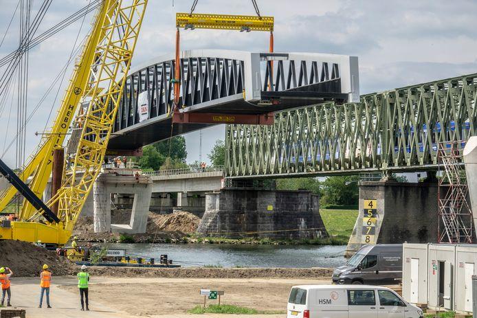 Langzaam wordt de brug naar de plek gevaren waar hij op de pijlers gehesen moet gaan worden.