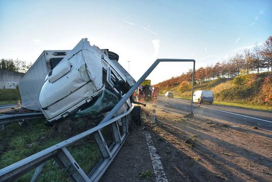 De gecrashte vrachtwagen op de A58. 45 'snelwegfilmers' gingen hun boekje te buiten en werden beboet.