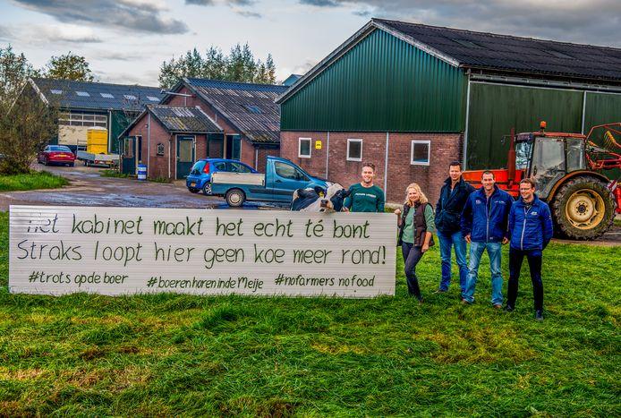 Jan Vergeer (fractievoorzitter CDA) en nog een aantal boeren doen hun verhaal over stikstof in het Groene Hart - stikstofcrisis, nabij natura 2000. Foto: Frank de Roo