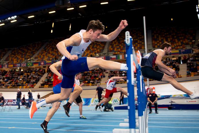 Léon Mak tijdens de 60 meter horden op het NK atletiek in Apeldoorn.