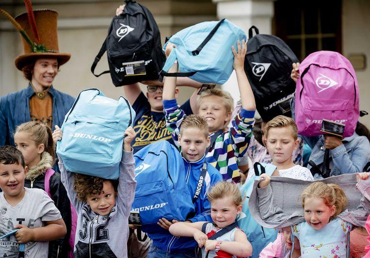 Directeur Kinderhulp Jan Wezendonk reikt Zomerpretpakketten uit, die bestemd zijn voor kinderen in armoede om ook hen een mooie zomervakantie te bezorgen.  Beeld ANP