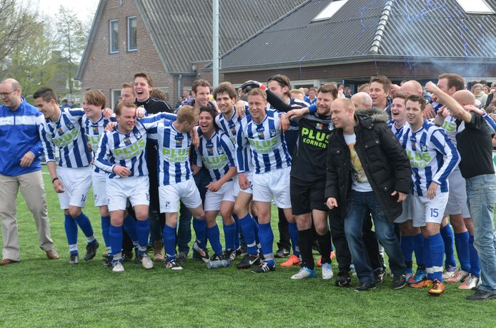 Hoogtepunt uit de recente geschiedenis van RKVV Dommelen: het eerste team promoveert in 2013 naar de derde klasse.