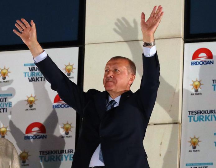 De Turkse president Tayyip Erdogan dankt zijn aanhangers voor zijn herverkiezing.