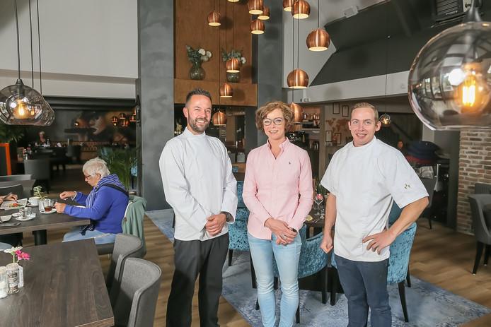 Eigenaren Jeroen en Heleen Kiewiet (links) en chefkok Simon Vis van De Tippe in Vledder.