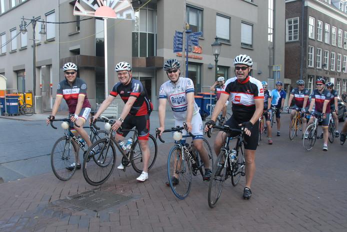 Het kwartet wordt tot aan de Belgische grens begeleid door renners van Stadscafé de Basiliek