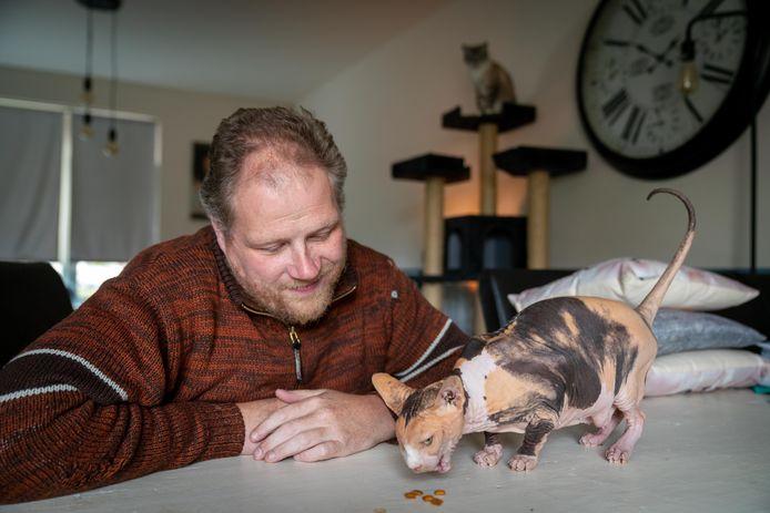 Paul van Beers met zijn katten.