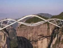 Ce pont spectaculaire offre une vue à couper le souffle