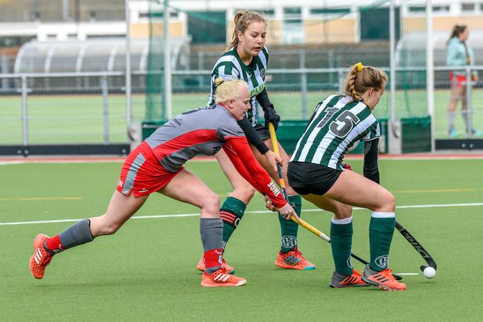 Inge Pellis (grijs-rood) van Etten Leur probeert de bal te veroveren van haar tegenstander. Pellis keerde na lang blessureleed terug bij de winnende thuisploeg.