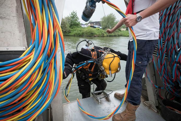 Duiker op zoek naar explosieven voorafgaand aan de baggerwerkzaamheden in de Haven van Coers in Arnhem-Zuid in 2017.