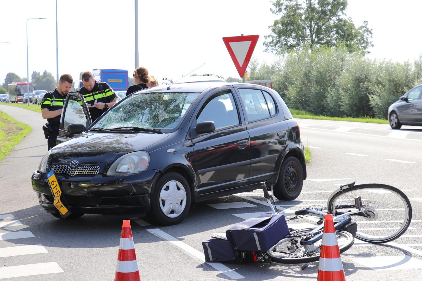 Een automobilist heeft een fietsster bij De Meern geschept.