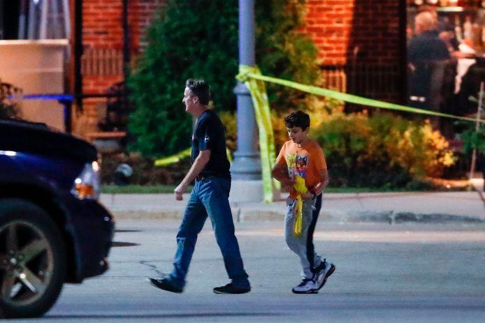 Een man en een jongen brengen zich in veiligheid.