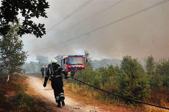 De brandweer in actie bij de bestrijding van een heidebrand. Foto: ANP