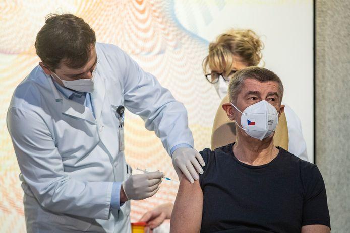 Tsjechisch premier Babis krijgt het vaccin toegediend.