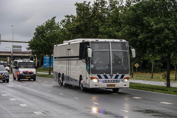 De politie zetten onder meer een arrestantenbus in om tientallen aangehouden boeren vanuit Wijster naar het politiebureau in Assen te vervoeren.