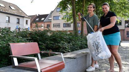 Bewoners gaan afval op Dorpsplein te lijf