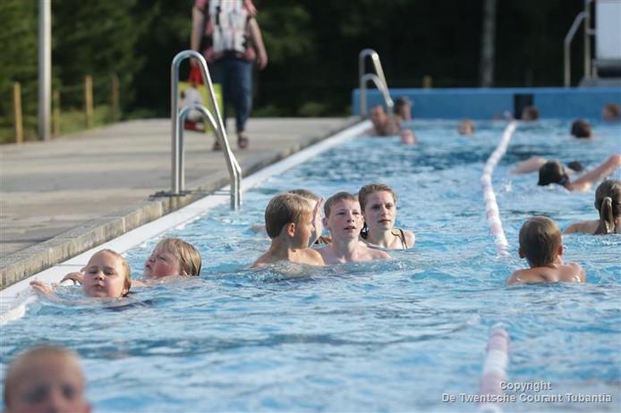 Beeld van de eerste avond van de zwemvierdaagse in openluchtbad De Zandstuve in Vroomshoop.