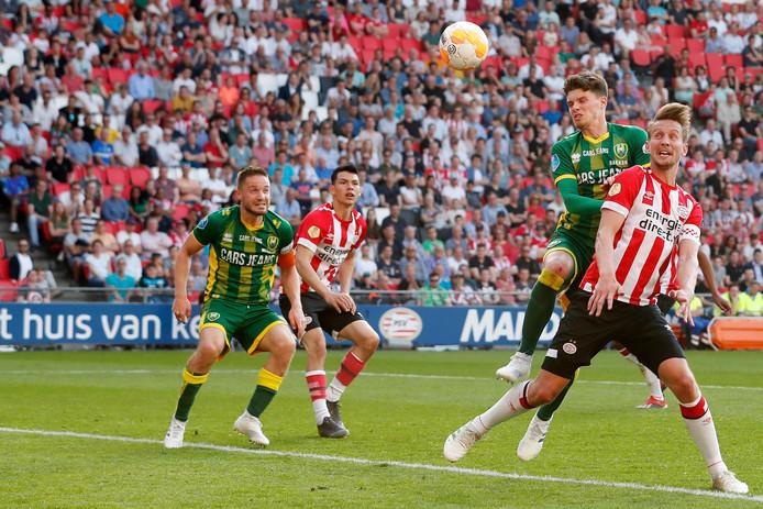 Luuk de Jong kopt raak tegen ADO. De PSV-spits scoorde 13 keer met het hoofd.