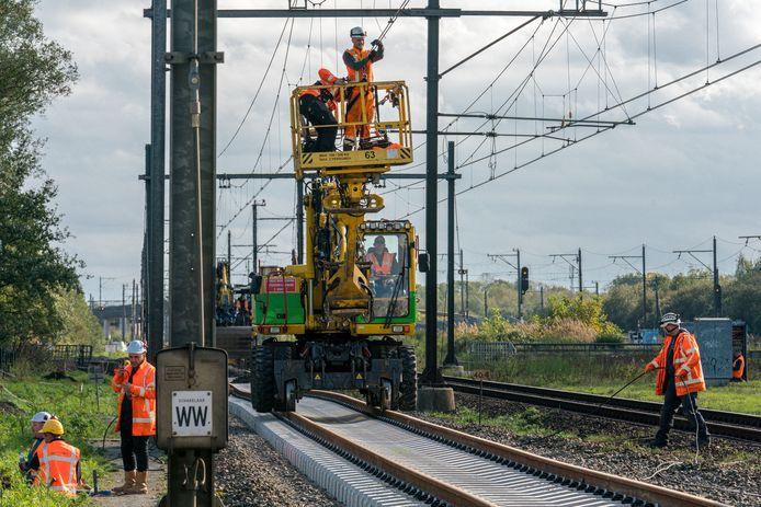 Werkzaamheden aan de bovenleiding van het spoor ter hoogte van Boxtel (archieffoto ter illustratie).