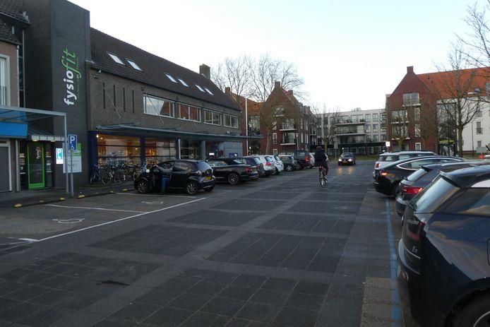 Het parkeerterrein bij de winkels aan de Kerkstraat (bij Mgr. Bekkersplein). Hier liggen nog heel veel resten van vroeger begraven Haarenaren onder de grond.