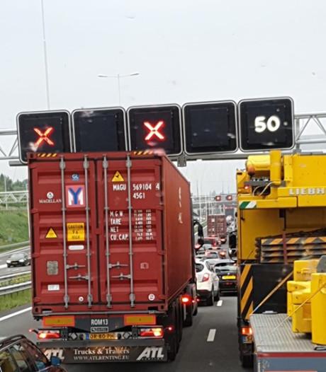Verkeer negeert massaal rode kruisen boven A15