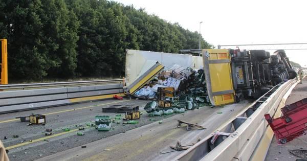 A1 bij Holten bezaaid met bierflesjes na ongeluk: veel vertraging.