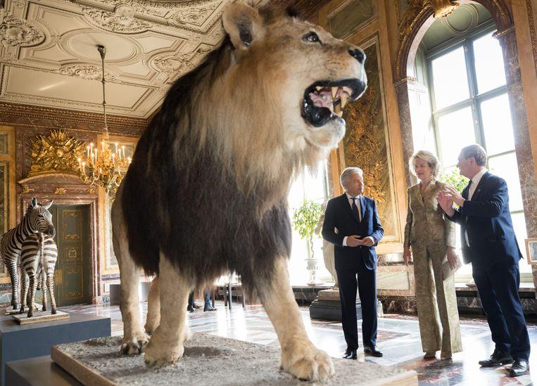 Koningin Mathilde bij een tijdelijke tentoonstelling van het AfricaMuseum in het Egmontpaleis in Brussel, juli 2018, met minister Reynders en museumdirecteur Gryseels