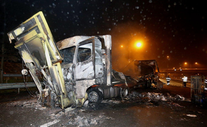 Het wrak van de vrachtwagen op de A2.