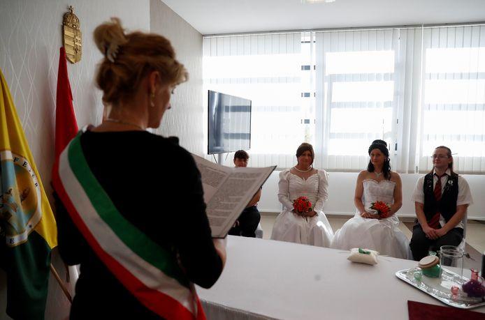 Het Hongaarse transgenderkoppel Elvira Angyal en Tamara Csillag stapten eerder deze maand in het huwelijk. In het steeds meer homofobe regime van premier Viktor Orban mogen homo's niet trouwen, terwijl transgenders wettelijke erkenning wordt geweigerd - ironisch genoeg stelt dat Agyal, die haar transitie al heeft afgerond, in staat om met Csillag, die leeft als vrouw maar nog vastzit aan mannelijke documenten, te trouwen.