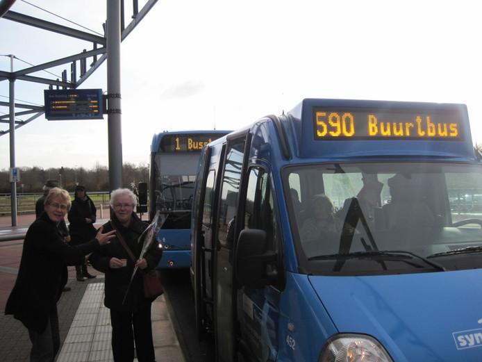 De buurtbus Lettele-Okkenbroek-Nieuw Heeten bestaat al. Onlangs werd de 10.00ste pasagier verwelkomd (foto). Onderzocht wordt of er ook zo'n voorziening kan komen tussen Heeten en Raalte. Foto archief