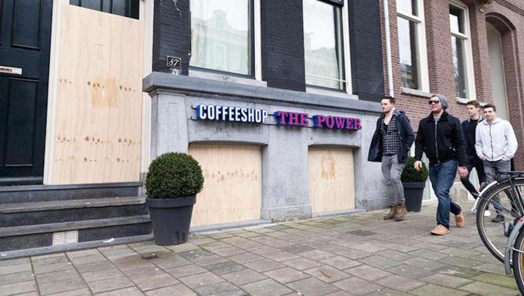 Het beleid van Van der Laan was tot nu toe om beschoten coffeeshops direct dicht te timmeren. Beeld Roï Shiratski