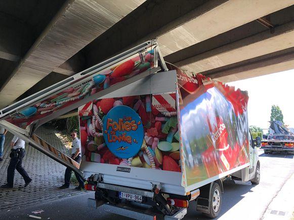De vrachtwagen liep ernstige schade op.