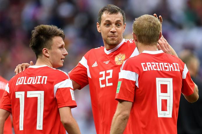 Artem Dzyuba wordt gefeliciteerd na zijn snelle treffer.