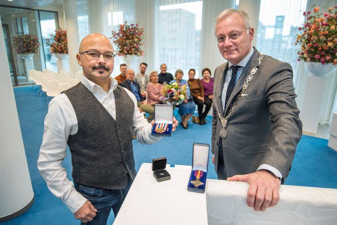 Raymond Agerbeek neemt de drie onderscheidingen voor zijn vader en KNIL-militair Herman Agerbeek in ontvangst. Hij krijgt ze uit handen van burgemeester Arjen Gerritsen.