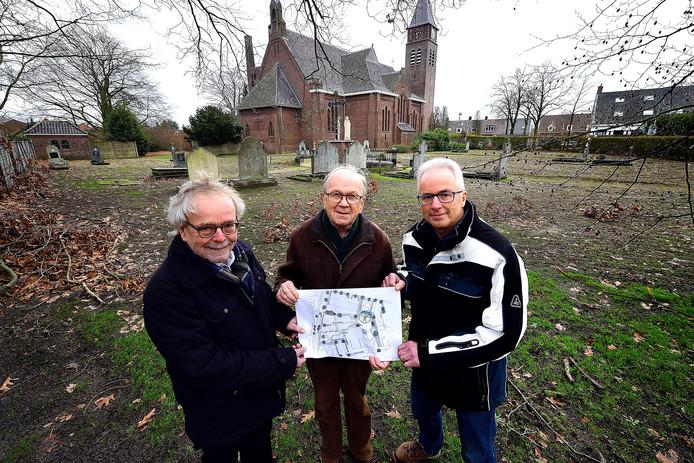 Stadspark op oude begraafplaats en pastorietuin in Rucphen. Vlnr Wim Gobbens, Jan van Broekhoven en Jan Struijs met het ontwerp.