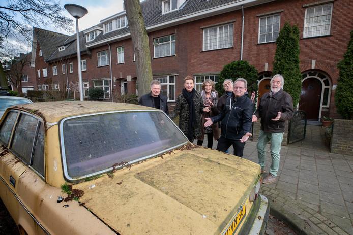 De met mos begroeide Volvo voor de deur van Ineke Paijens (tweede van links)