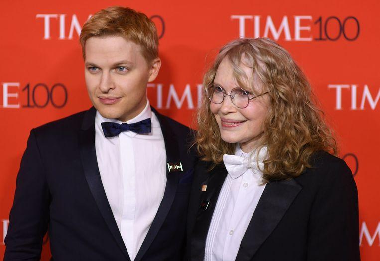 Ronan Farrow met zijn moeder Mia Farrow op het Time 100 Gala in New York.