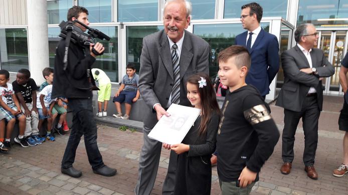 Een petitie met 71 handtekeningen voor het openhouden van het AZC werd overhandigd aan de burgemeester.