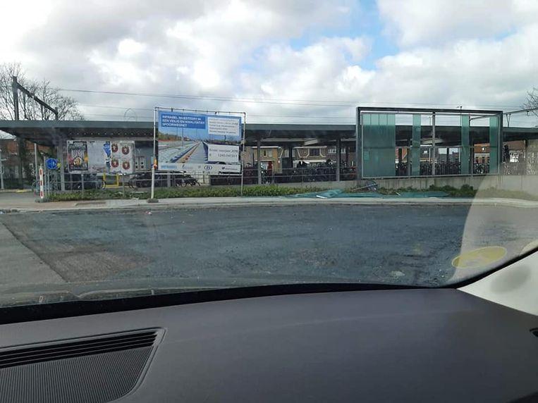 Aan het station van Temse sneuvelden glazen panelen aan de fietsenstalling