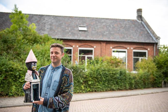 Warre Mulder, kunstenaar van beroep, woont sinds 2015 in het oude dorpsschooltje aan de Hengstdijkse Kerkstraat.