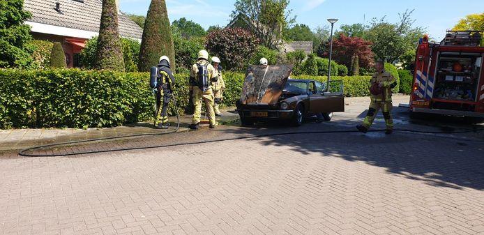 Een oldtimer is dinsdagmiddag in Borne in brand gevlogen.