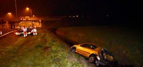 Auto in de sloot langs A50, automobilisten negeren rode kruizen