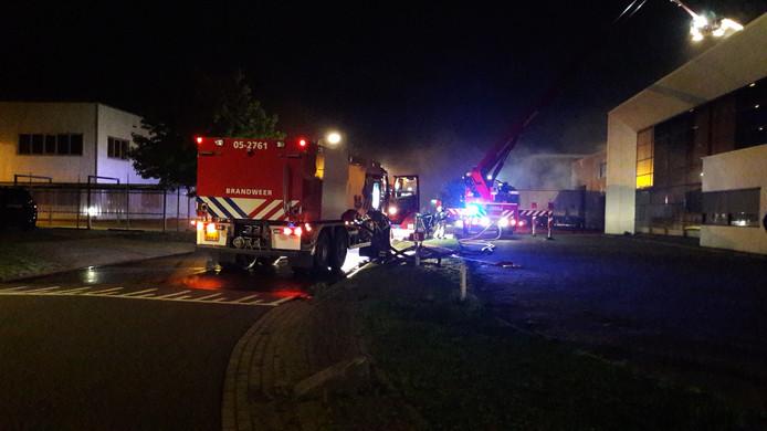 De brandweer probeert de zeer grote brand onder controle te krijgen