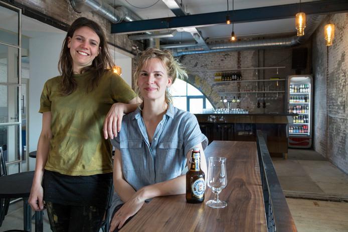 Fiona Reinaerts (links) en Karlijn van Ballegooijen, uitbaters van het Café Herman in de gerestaureerde watertoren
