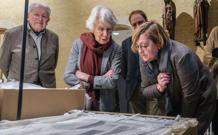 Kantmonitrice Martine Deceur en Eliane Thevelin bestuderen samen de waardevolle stukken.