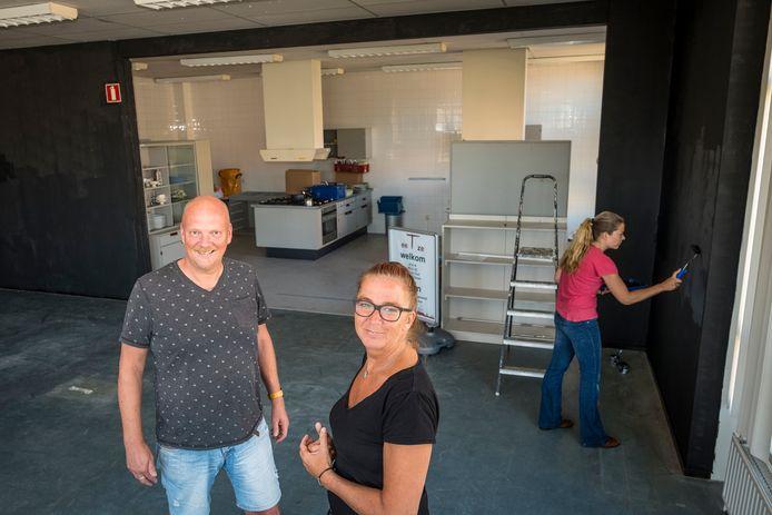 Jaap Boersma en Gea Overweg in hun andere sociale initiatief: eetclub EetZe in IJsselmuiden. (archieffoto)