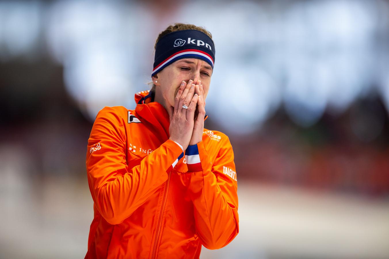 Ireen Wüst barst in tranen uit nadat ze wereldkampioen is geworden op de 1500 meter.